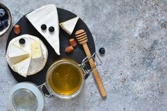 Gastronomische witte Briekaas of camembert met bessen, honing royalty-vrije stock afbeeldingen