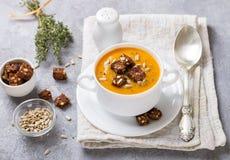 Gastronomische wortel of pompoensoep met croutons Stock Afbeeldingen