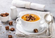 Gastronomische wortel of pompoensoep met croutons Royalty-vrije Stock Afbeeldingen