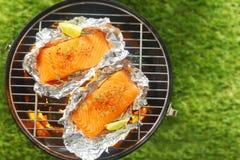 Gastronomische zalmlapjes vlees die op een barbecue roosteren royalty-vrije stock afbeeldingen