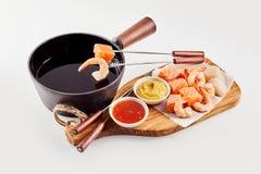 Gastronomische zeevruchtenfondue met garnalen en zalm royalty-vrije stock foto