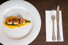 Gastronomische zeevruchtenschotel van verse kammosselen en asperge op een witte plaat Stock Afbeelding