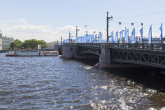 Gastronomisk motorisk skepp`-Koryushka ` passerar under slottbron i St Petersburg royaltyfri bild