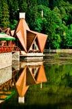 Gaststätte auf dem See Ciucas Lizenzfreies Stockfoto