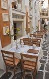 Gaststätte mit Tabellen auf den Straßen - Griechenland Stockbilder