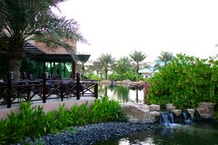 Gaststätte mit Terrasse und Teich Stockfotografie