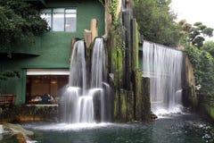 Gaststätte mit Wasserfall Stockbild