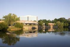Gaststätte und Büro durch Lake Lizenzfreie Stockbilder