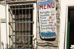 Gaststättechef, der Menütafel Zeichen geschriebenes heutiges Menü zeigt Lizenzfreie Stockbilder