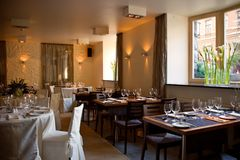 Gaststätteinnenraum mit gedienten Tabellen Lizenzfreies Stockfoto
