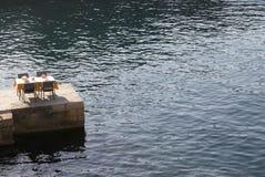 Gaststättetabelle auf Pier Lizenzfreies Stockfoto
