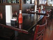 Gaststättetabelle und -stühle Lizenzfreies Stockfoto