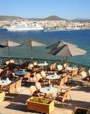 Gaststättetabellen auf einer Terrasse in der Türkei Lizenzfreies Stockfoto