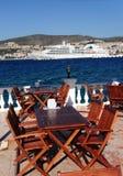 Gaststättetabellen auf einer Terrasse in der Türkei Lizenzfreies Stockbild