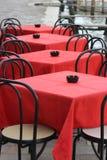 Gaststättetabellen und -stühle Lizenzfreie Stockfotos