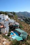 Gaststätte, Häuser und Swimmingpool in Spanien Stockbild