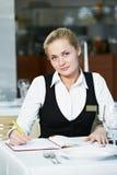 Gaststättemanagerfrau bei der Arbeit Stockbilder