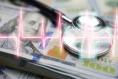 Gastvrijheid met veel geld en stethoscoop en cardiologieziekenhuis stock foto's