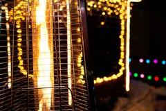 Gasverwarmer op de achtergrond van Kerstmislichten stock foto