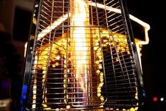 Gasverwarmer op de achtergrond van Kerstmislichten royalty-vrije stock afbeelding