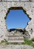 Gat in de muur van een oude Spaanse ruïne stock afbeelding