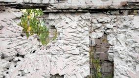 Gat in de vernietigings concrete muur, kogelgat, abstracte vrije ruimte als achtergrond voor ontwerp na oorlog royalty-vrije stock afbeeldingen