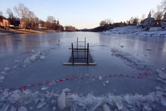 Gat in de winter op de rivier voor het zwemmen Stock Fotografie