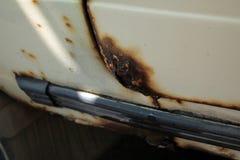 Gat in deur en drempel van oude die auto, door roest en corro wordt beschadigd Stock Fotografie