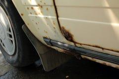 Gat in deur en drempel van oude die auto, door roest en corro wordt beschadigd Royalty-vrije Stock Foto