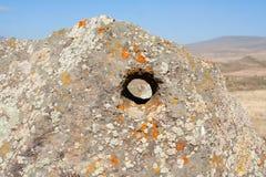 Gat in grote steen Karahunj armenië royalty-vrije stock afbeelding
