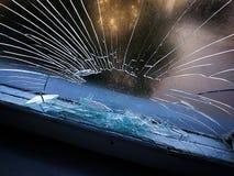 Gat in het glazen venster door een kogel die tijdens oorlog het schieten wordt geschoten Barsten die rond het gat uitspreiden Gro stock afbeelding