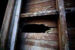 Gat in oude houten muur Royalty-vrije Stock Foto's