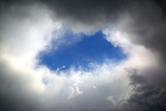 Gat in wolken Stock Foto's