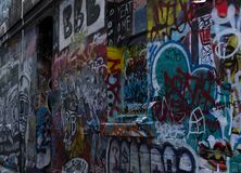 Gata Art Bombed Brick Wall i Melbourne royaltyfri foto