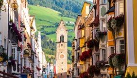 Gata av den gamla europian staden Vipiteno, Italien Arkivbilder