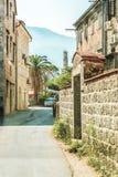 Gata av den gamla staden av Perast i den Kotor fjärden, Montenegro Den gamla delen av staden är en UNESCOvärldsarv och en berömd  Arkivbilder