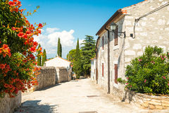 Gata av den medeltida medelhavs- staden i Kroatien Arkivbild