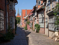 Gata av den medeltida staden av Lueneburg, Tyskland på en solig sommardag Royaltyfria Foton