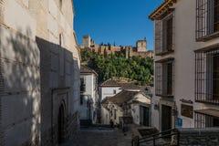 Gata av Granada med en sikt av den Alhambra slotten, Granada, Andal royaltyfri bild