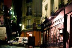 Gata av historiska byggnader och modern konstgrafitti på Montmartre vid natt Oktober 12th, Arkivbild