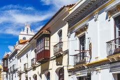 Gata av koloniala byggnader i den koloniala mitten av Sucre - Bolivia Royaltyfria Foton