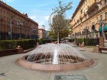 Gata av Minsk springbrunn Sommar i staden Royaltyfria Bilder