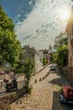 Gata av Montmartre med folk, byggnader och träd på Paris Fotografering för Bildbyråer