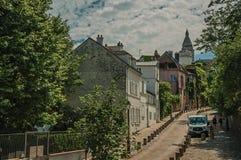 Gata av Montmartre med folk, byggnader och träd på Paris Arkivbild