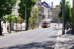 Gata av Prague med spårvagnen Arkivbilder