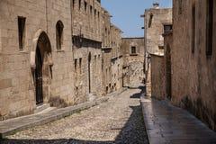 Gata av riddare i den Rhodes staden Fördärvar av slott- och stadsväggarna av Rhodes Smala gator av den gammala townen Arkivfoton