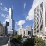 Gata, byggnader och blå himmel i Chicago arkivfoton