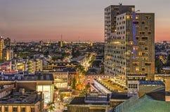 Gata för bostads- byggnad och shopping royaltyfria foton