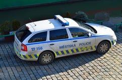 Gata för kullersten för polisbil Fotografering för Bildbyråer