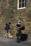gata för säckpipeblåsarepojkeedinburgh musiker Royaltyfri Bild